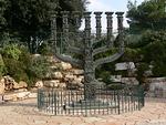 Puiston reunassa seisoo komea menora, seitsemänhaarainen kynttilänjalka